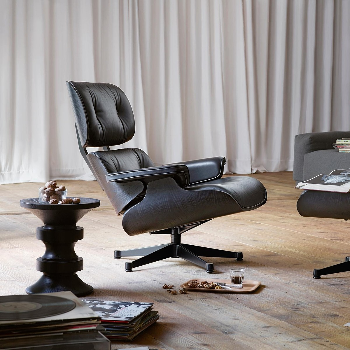 eames lounge chair xl new size vitra. Black Bedroom Furniture Sets. Home Design Ideas